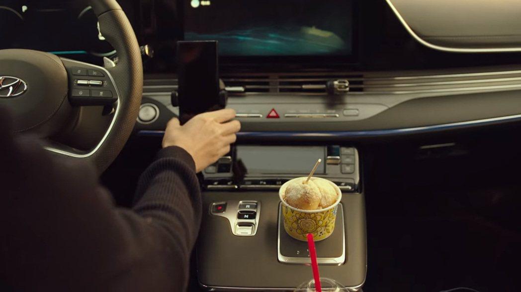 被使木拿來當作放食物區的地方,其實裡面是個手機無線充電板! 圖/截自Netfli...