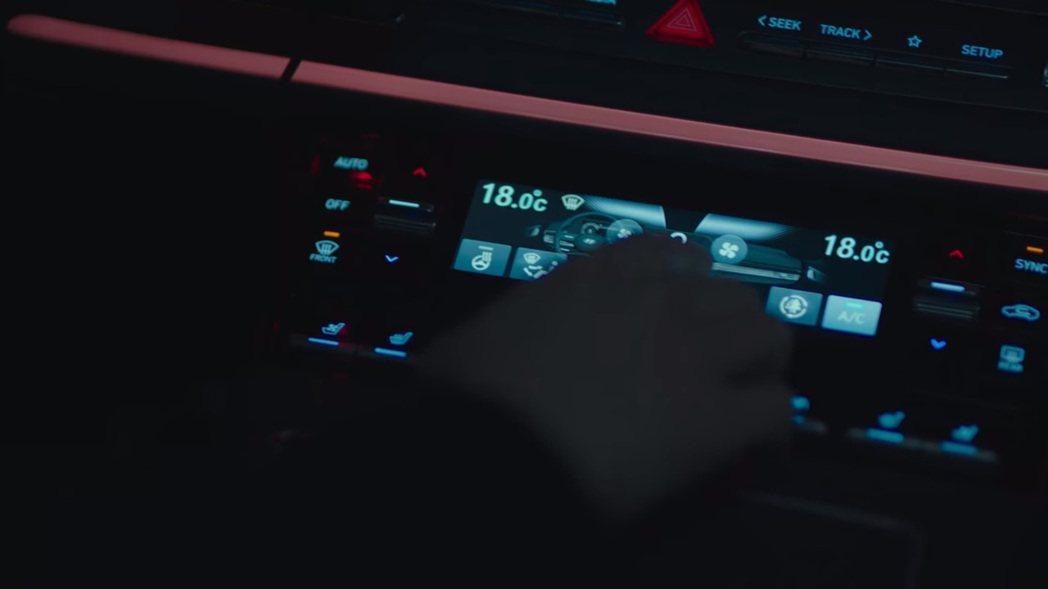 黃始木檢察官在《秘密森林2》第一集中便為觀眾示範了小改款Grandeur的冷暖空...