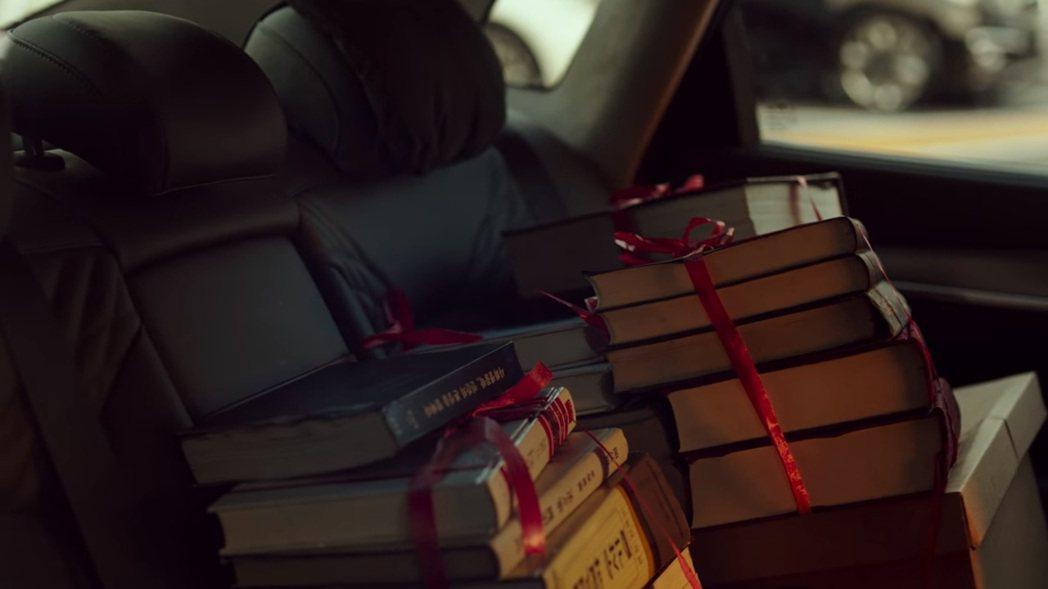 又被調單位的黃始木檢察官,他的小改款Hyundai Grandeur後座載得是滿...