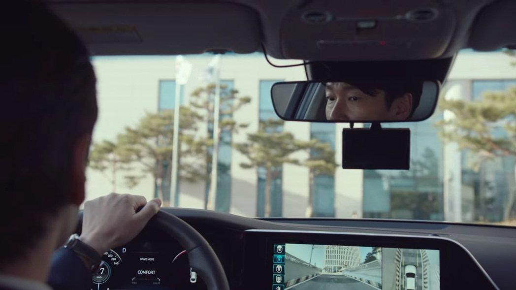小改款Hyundai Grandeur所搭配的SVM環景系統,讓黃始木檢察官從地...