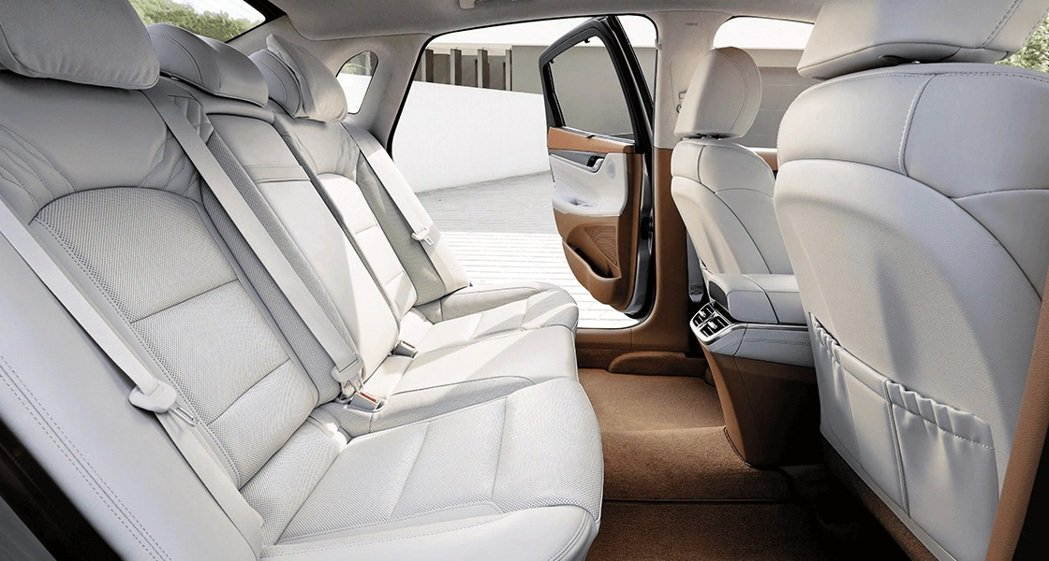 小改款Hyundai Grandeur後座。 摘自Hyundai
