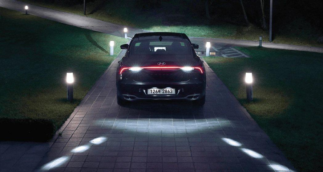 小改款Hyundai Grandeur倒車時,車輛會自動將燈光投放至路面,提醒車...