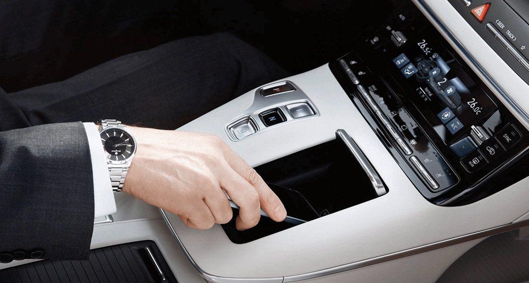 小改款Hyundai Grandeur配置手機無線充電板。 摘自Hyundai