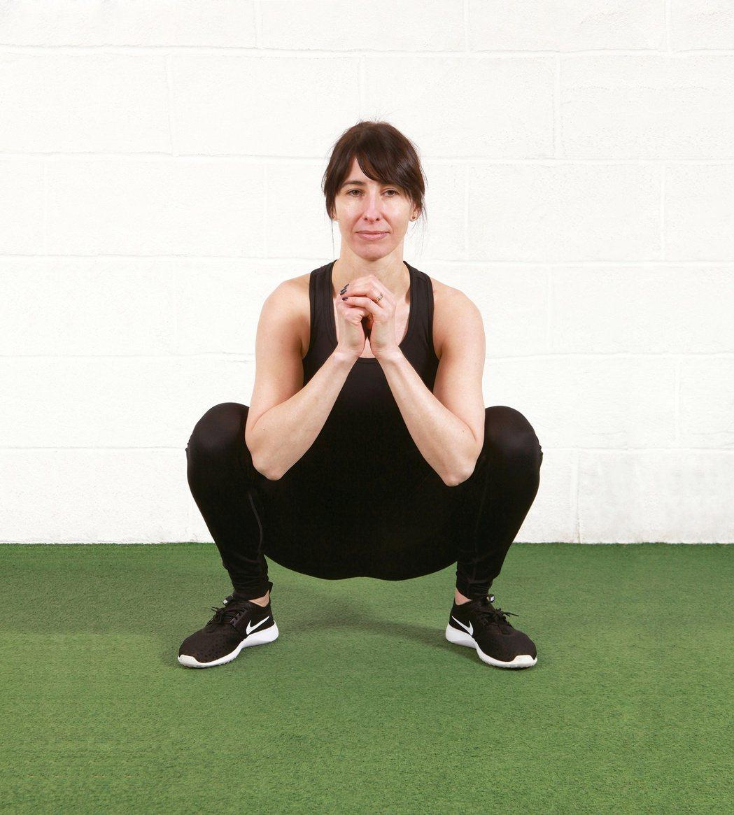 筋膜深蹲時,保持背部打直、屁股蹲低的姿勢,不但可放鬆骨盆底肌肉,也有助於舒緩髖部...