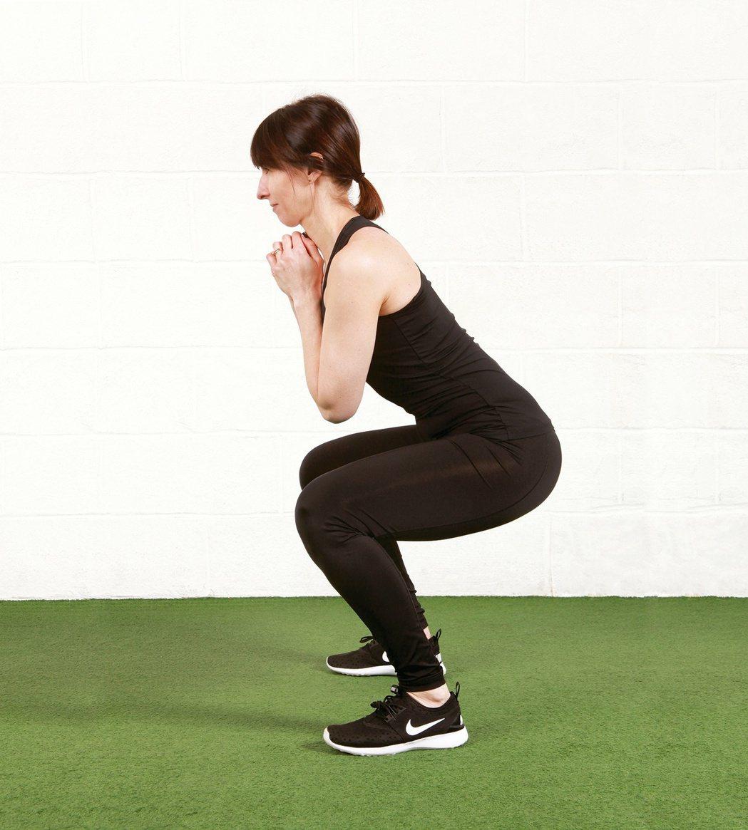 如果無法在雙足平貼地面的狀態下蹲到底,可以採取這種半蹲姿勢。 圖/摘自《筋膜放鬆...