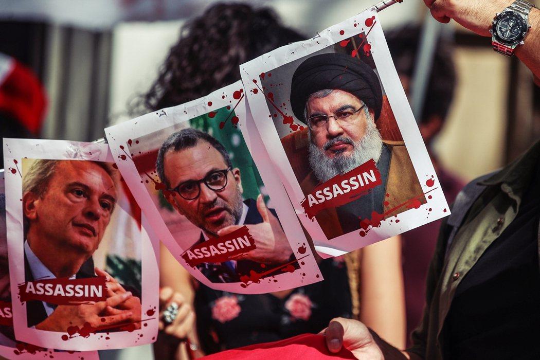 貝魯特港口大爆炸後,居住於法國巴黎的黎巴嫩人,舉起黎國內的政治與宗教領袖肖像,指...