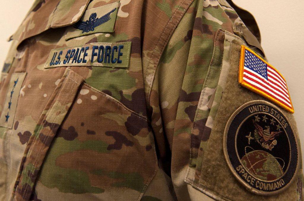 太空部隊制服為傳統的迷彩色。 圖/路透社