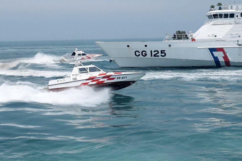 海巡人員平時身著亮橘色工作服、階級章表示方式與警方類似,艦艇則使用白色塗料,主要為降低軍事色彩、避免執法爭議。 圖/海巡署
