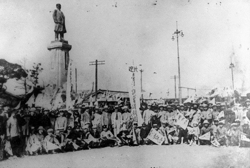 臺灣議會請願團抵達東京車站時,與前來歡迎的當地臺灣留學生共同合影,攝於1924年。 圖/維基共享