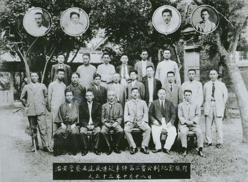 1924年10月18日「治警事件」二審辯論結束後。前排坐者六人皆為日本人辯護律師,第二排左起陳滿盈、葉榮鐘、蔡惠如、林呈祿,葉清耀。第三排左一蔣渭水、左四王敏川。左上圈一林幼春、左上圈四蔡培火。 圖/數位典藏與數位學習聯合目錄