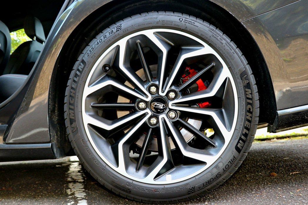 Ford Focus 4D ST-Line Lommel配備18吋輪圈,更採用M...