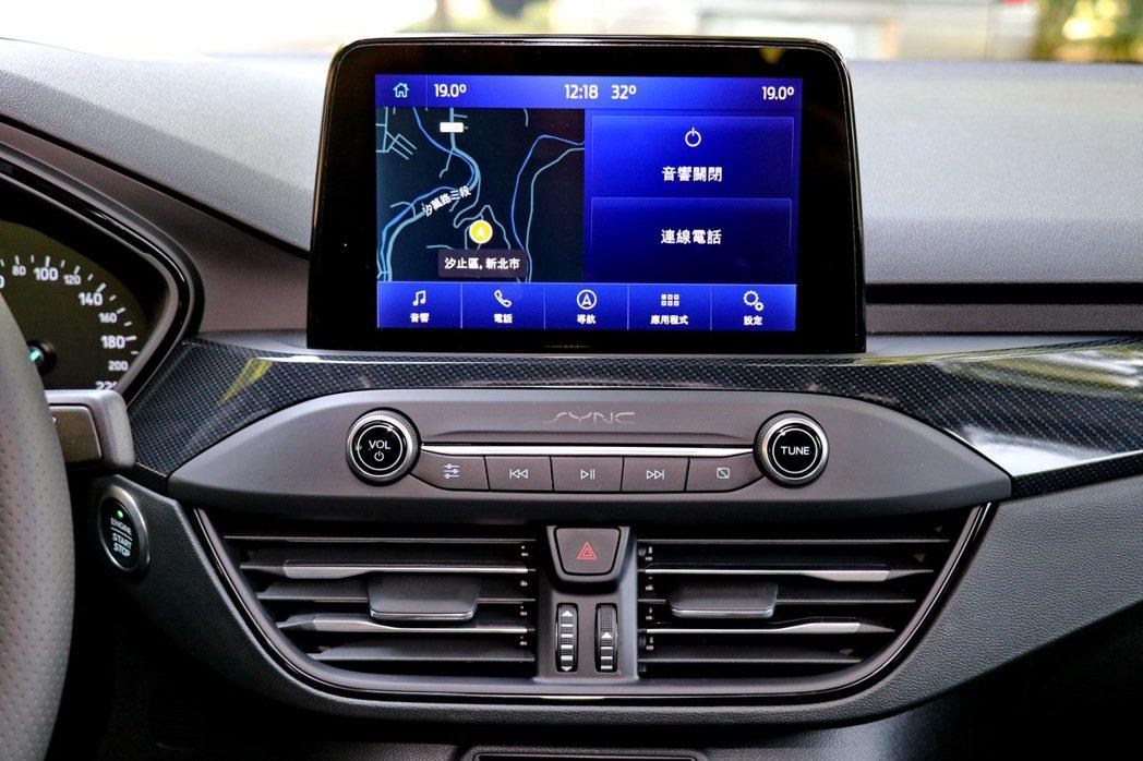 8吋懸浮式全彩LCD觸控螢幕。 記者陳威任/攝影