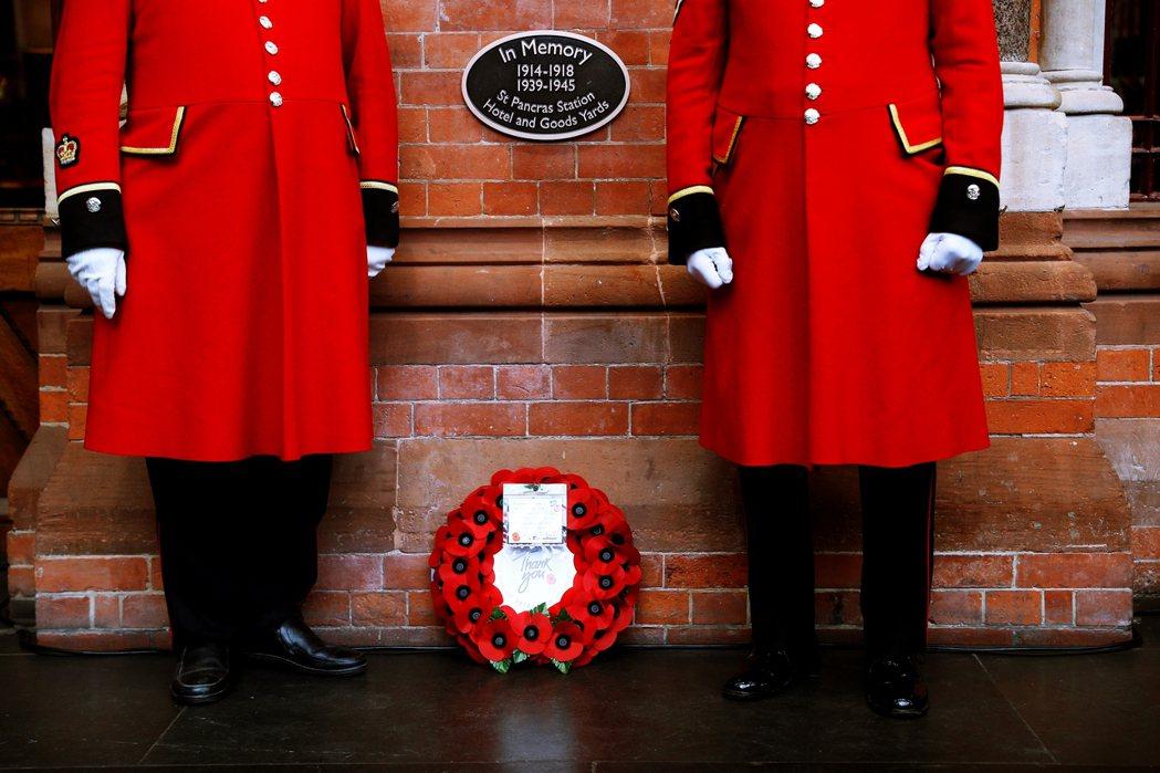 這種紀念形式在英國各種公共建築物皆可看到,如學校、火車站、企業集團的辦公大樓、俱...