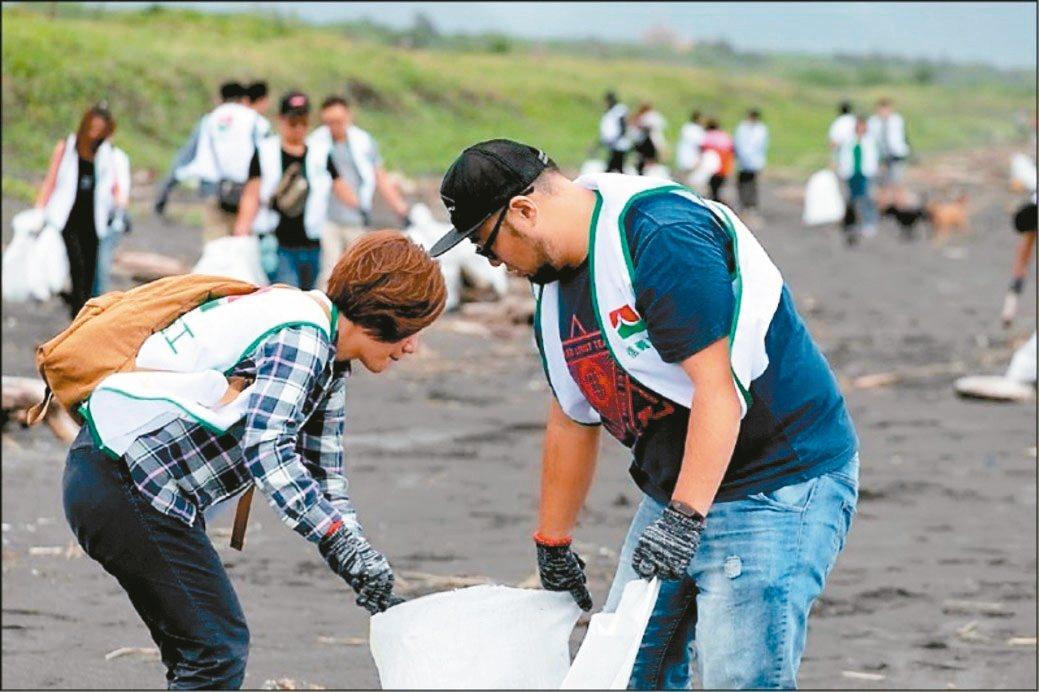 上百位信義志工前進宜蘭壯圍淨灘,幫助社區分攤大量人力的淨灘工作,共同守護海洋環境...