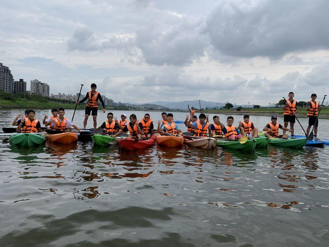 呼朋引伴一起來體驗「雙人獨木舟」、「SUP立槳式浪板」、「水上腳踏船」及「泛舟艇...