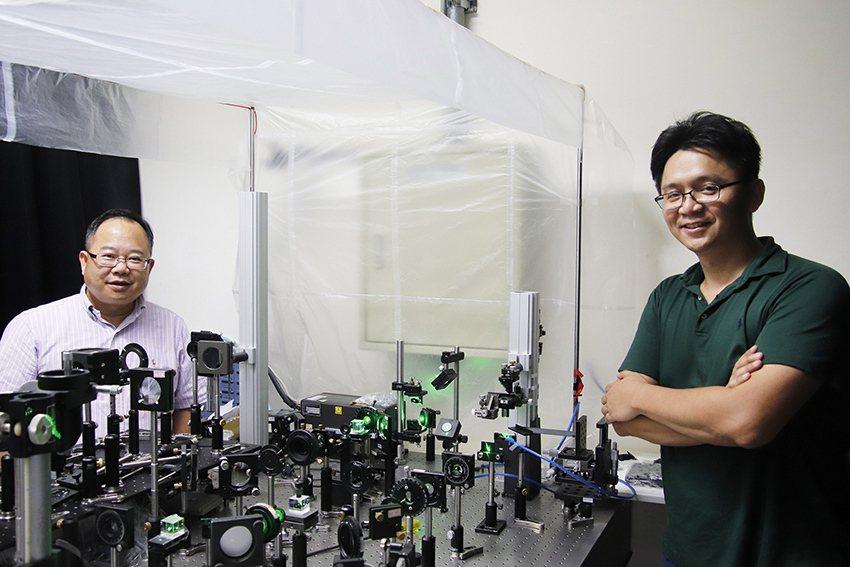 中央大學光電系講座教授孫慶成(左)與助理教授余業緯(右)攜手合作,發展出一個新穎...