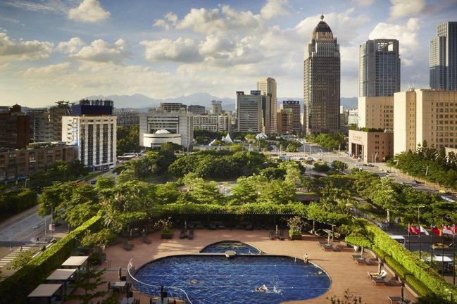 台北君悅酒店戶外溫水泳池。 業者提供