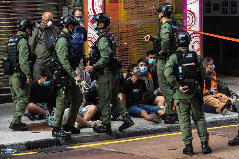 香港民眾反對港區國家安全法,於昨午發起「906」九龍大遊行,港府昨晚發聲明強烈譴責這些違法行為,稱大批市民參與未經批准的集結,更有人向警員投擲硬物,且高喊「港獨」口號。 法新社