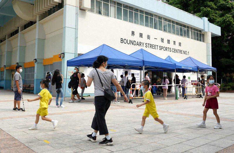 香港昨天新增21例新冠肺炎確診病例,其中5人是透過普及社區檢測計畫發現的個案,當中4人測試前已現病徵及求醫,但醫生沒為他們驗病毒。 中國新聞社
