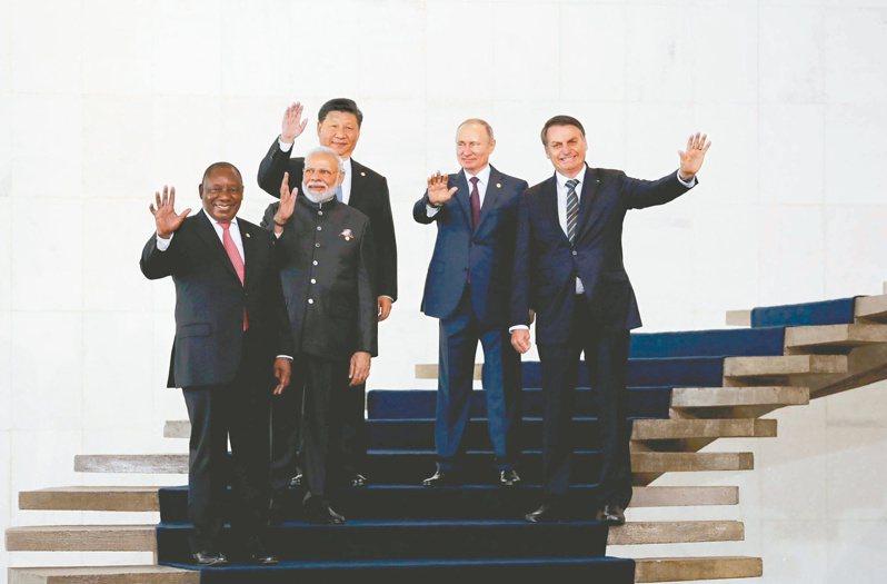 中美關係衝突不斷,網民質疑為何全世界都是中國的敵人?胡錫進指這是錯覺。圖為2019年金磚峰會,習近平(左三)和南非總統拉馬福薩(左起)、印度總理莫迪、俄羅斯總統普亭、巴西總統波索納洛合照。(美聯社)