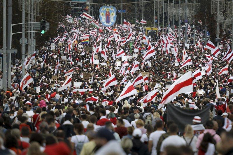 白俄羅斯媒體報導,約10萬人上街示威要求總統魯卡申柯下台,人海包圍總統府。美聯社
