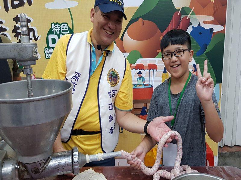 「深坑食尚 美味煮藝」特色DIY活動,最受歡迎的黑豬肉香腸DIY,許多民眾和親子報名參加。 圖/大新店有線電視提供