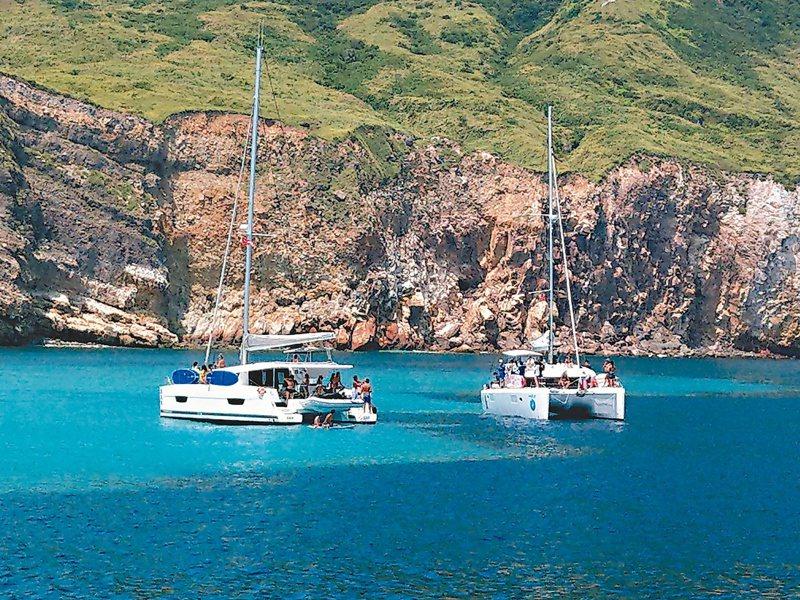 民眾搭乘遊艇到「牛奶海」,泡在海裡潛水或玩立槳等。圖/簡逢均提供
