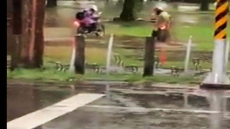 台東簡姓市民PO文昨天下午台東大雨,鐵花村草地積水引來2男子騎越野機車在草地上玩水及燒胎,破壞草地。圖/取自臉書台東大小事