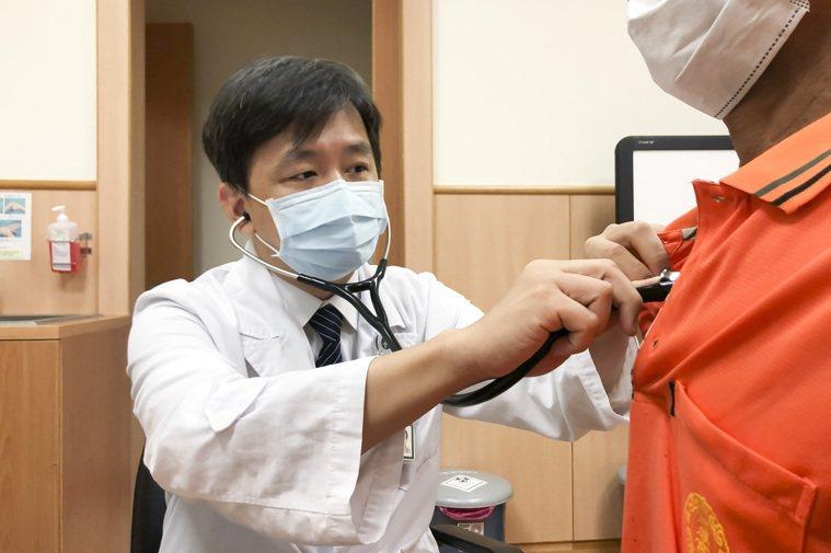 台中慈濟醫院胸腔內科醫師陳立修透過聽診器檢查病人呼吸狀況。圖/台中慈濟醫院提供