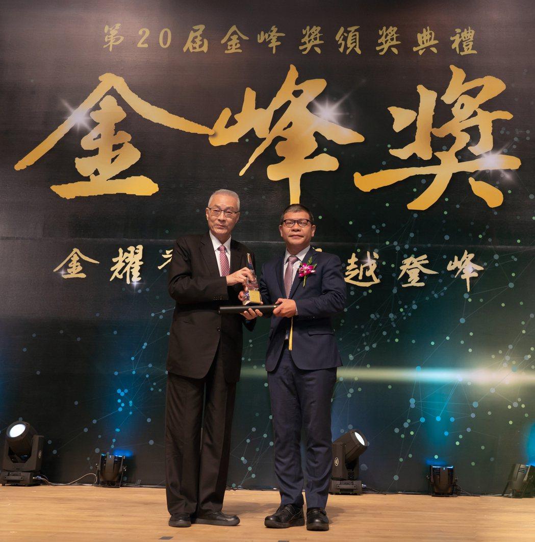 前副總統吳敦義(左)頒發獎座,元富證券電子商務部資深協理郭志聰(右)代表受獎。圖...