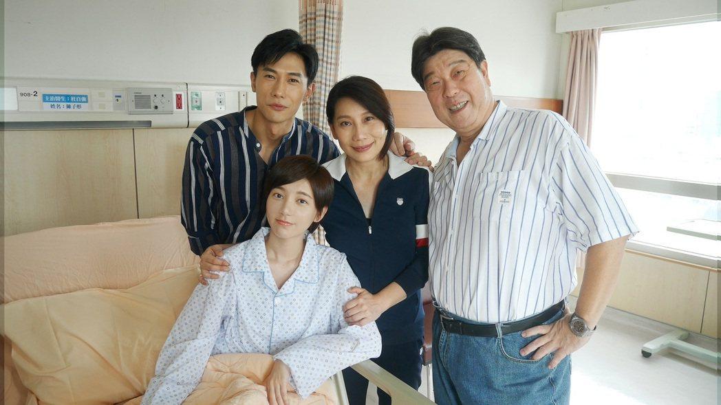陳泂江(後左起)、郎祖筠演母子,戲外還有一段前緣。圖/八大提供