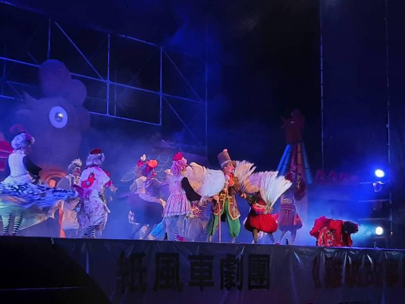 紙風車劇團昨晚抵達嘉義縣東石鄉,首度以全新布景道具演出「雞城故事」。記者陳玫伶/攝影