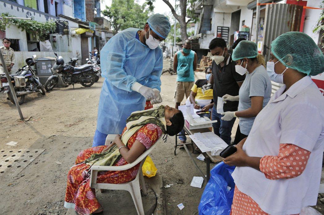 印度過去24小時新增9萬6424人確診2019冠狀病毒疾病(COVID-19),...