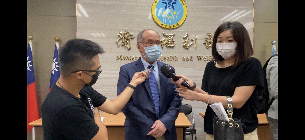 國衛院院長梁賡義(中)今上午受訪表示,DNA疫苗目前正進行臨床試驗前的動物試驗,...