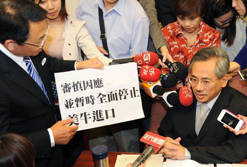 陳歐珀(左)曾拿著標語質問時任衛生署長邱文達(右);他並聲稱美國那麼先進,「請問美國開放大麻及槍枝,台灣要不要跟進?」。圖/聯合報系資料照片