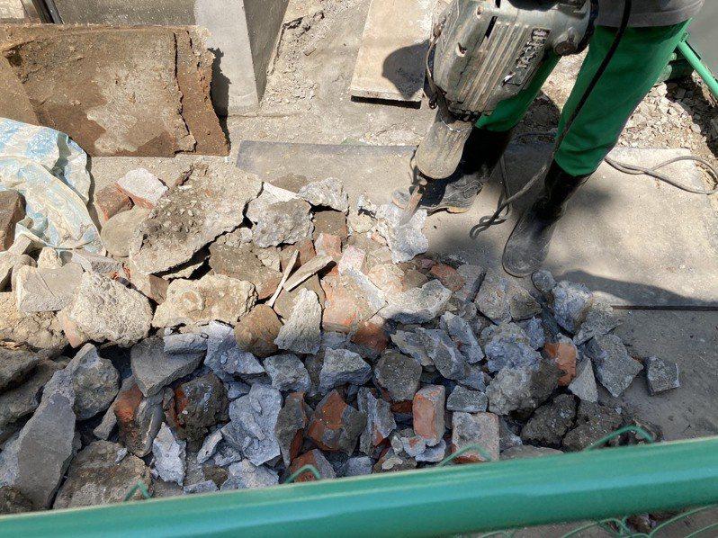 新北後巷汙水下水道工程中,經常挖到磚頭廢棄物,雖然要求敲碎10公分以下回填,但過往業者選擇清運它處,現在卻因為去化場地收費價格高,敲碎費工時又產生噪音。記者王敏旭/攝影