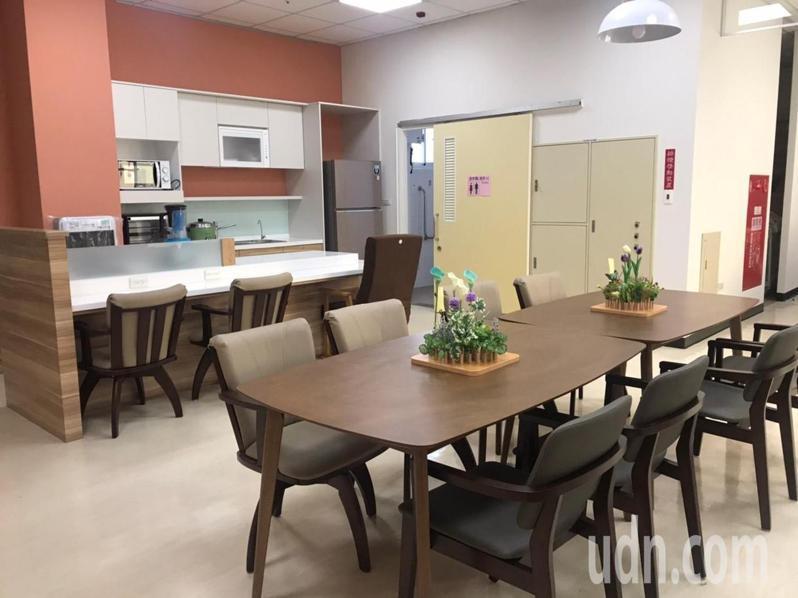 高雄市成立第一處老人福利機構內的失智症照顧專區,環境營造如住家般。圖/高雄市社會局提供
