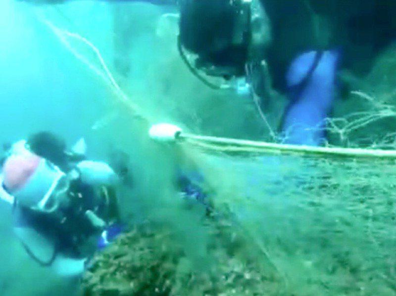 王銘祥說,他們常在清除海底廢棄漁網,真的要源頭管理,否則永遠清不完。圖/王銘祥提供