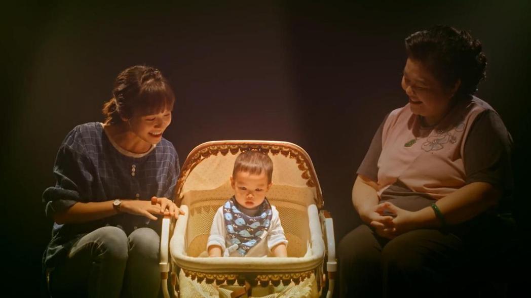 鍾欣凌(右)、黃姵嘉以孩子來比喻新誕生的鳳梨酥。圖/公視提供