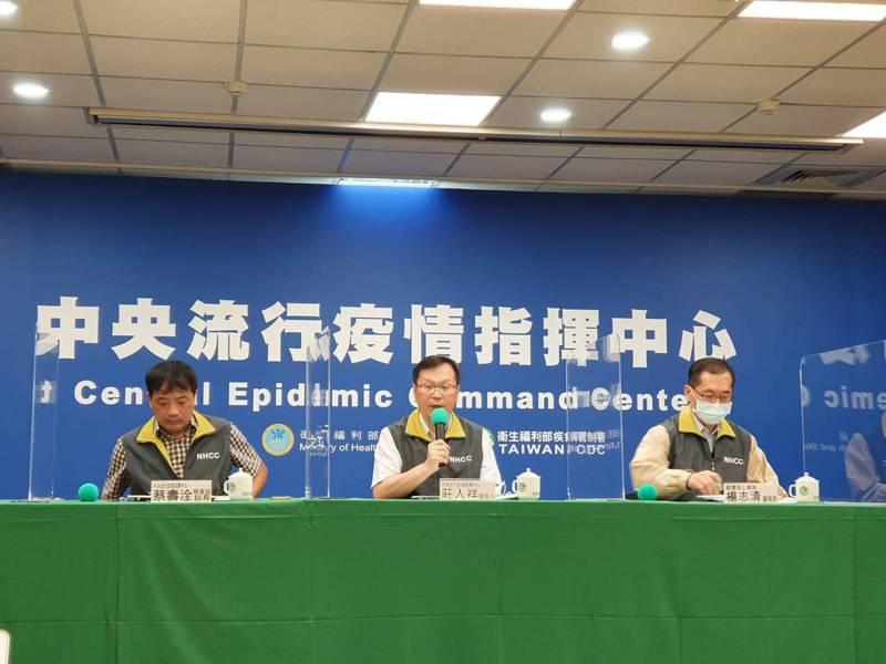 指揮中心發言人莊人祥(中)表示,目前推估案494在尼泊爾感染可能性比較大,且4名同住家人目前皆無症狀。記者楊雅棠/攝影
