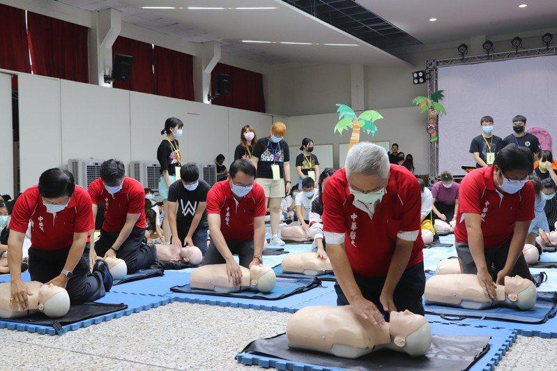 中華醫大新生必學CPR 擬海邊溺水情境教學添創意-AED急救操作