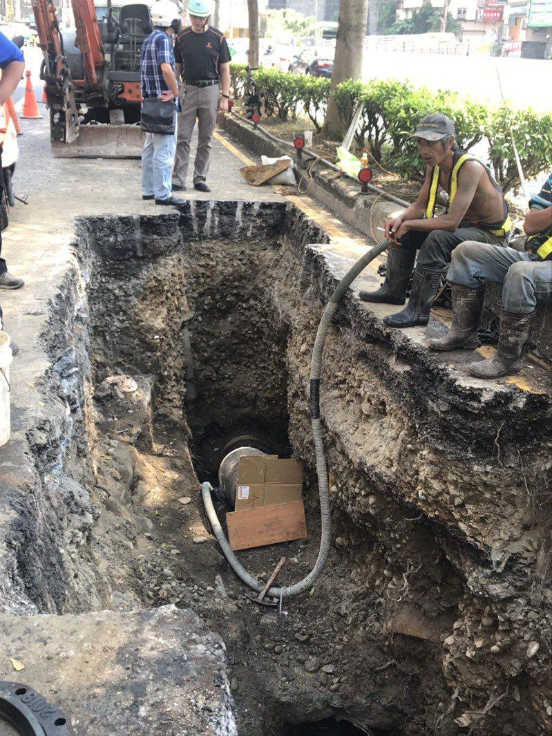 基隆市基金一路下方的自來水管漏水,自來水公司今早開挖並換裝新管,造成當地9000多戶停水。記者邱瑞杰/攝影