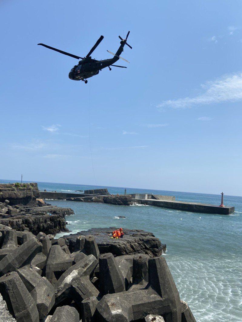宜蘭縣大溪漁港燈塔處今早湧浪多名釣客落海,到下午死亡人數已增加到4人。圖/宜蘭縣消防局提供