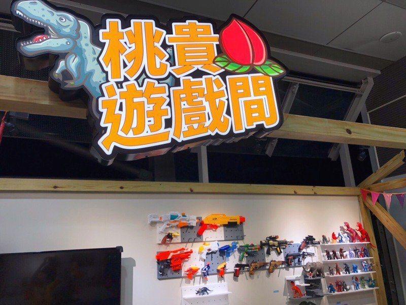 蔡桃貴主題車站貼滿蔡桃貴的寫真照片、大型立牌,還有充滿恐龍模型、玩具槍的桃貴專屬...