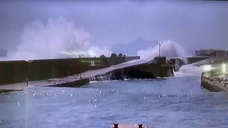 宜蘭頭城大溪漁港今天發生連3波瘋狗浪,造成4名釣客死亡,當時曾在當地的釣客李宜淦事發前剛好離開買便當並拍下浪況,不料下一秒瘋狗浪來襲,將釣客們捲入海中。圖/第一岸巡隊提供