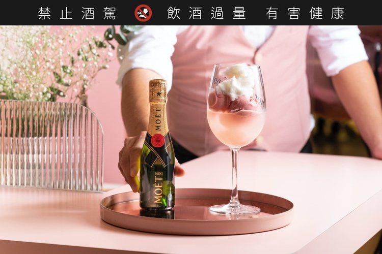 「Lady Moët」調酒在清甜玫瑰荔枝的酒液中,搭配著粉色玫瑰荔枝覆盆苺雪酪,...