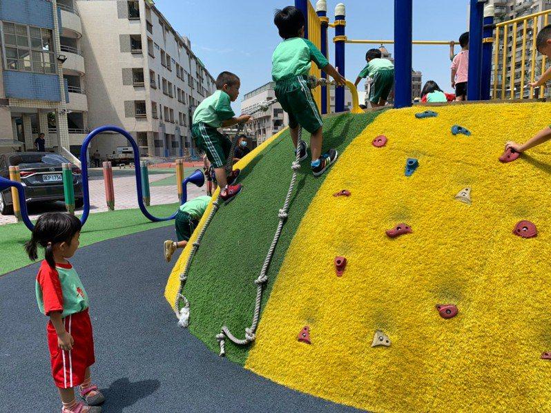桃園市政府教育局近期除鼓勵學校修繕遊戲場外,也積極協助學校結合特色、在地文化來建置主題式或地景式特色遊戲場。圖/桃園市政府教育局提供