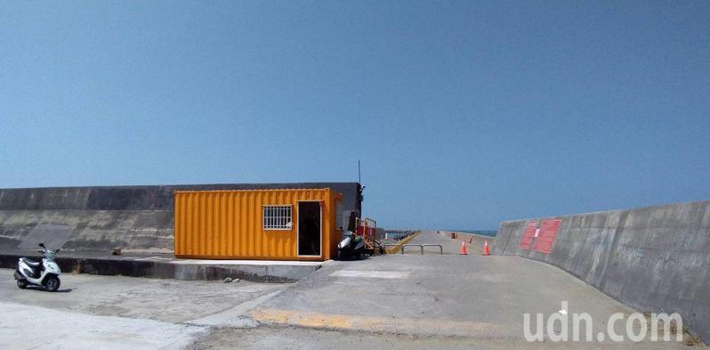 嘉義縣布袋商港北堤去年10月起開放合法海釣區,吸引釣客前往。圖/聯合報系資料照片