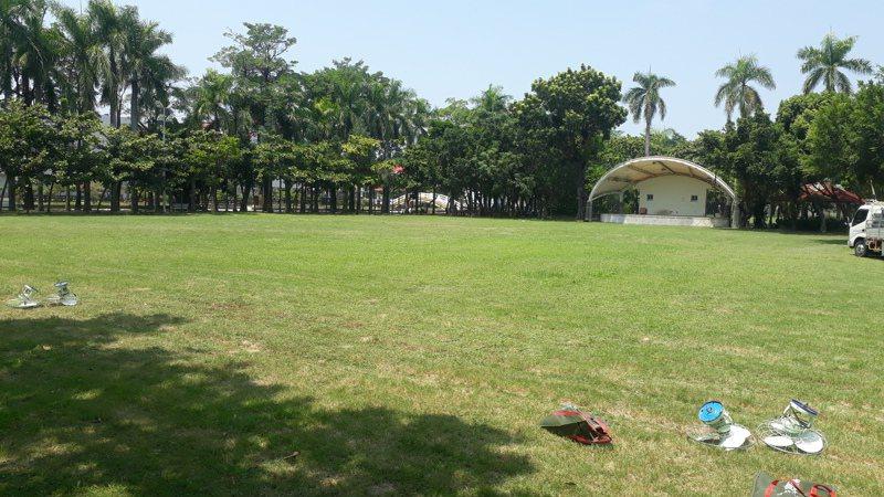 台南市文化局規畫佳里運動公園改建為「鹽分地帶文化中心」,當地民眾質疑佳里唯一完整林蔭綠地,不該興建展演建築。記者周宗禎/攝影