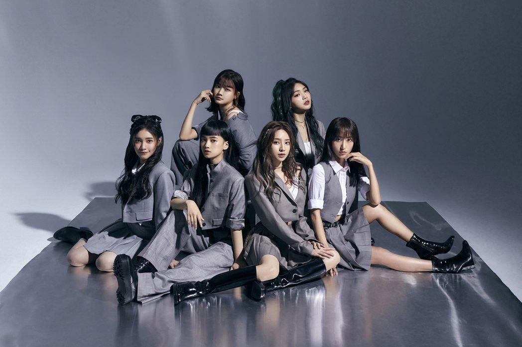 「PER6IX」成員李紫嫣(前排左起)、馬瑋伶、王加瑄、彭名慧與林采婕(後排左起